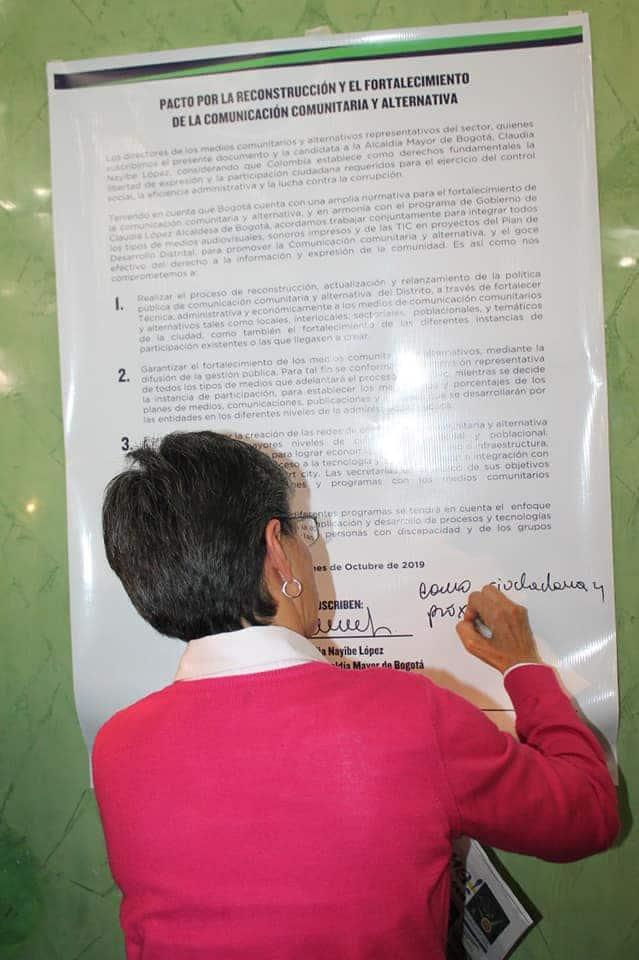 Claudia Nayibe López firma el pacto con los Medios Comunitarios y Alternativos de Bogotá
